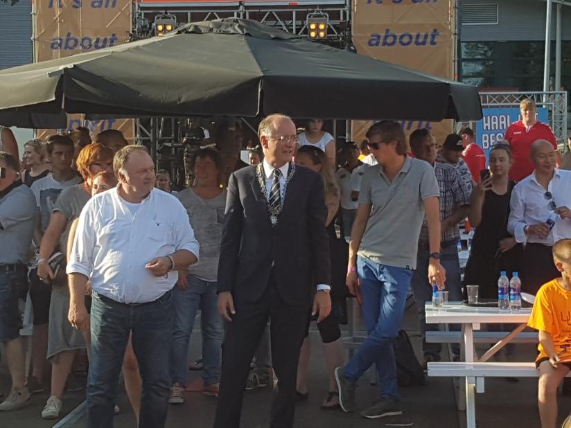 Bert Delien mit dem Bürgermeister von Enschede Onno van Veldhuizen